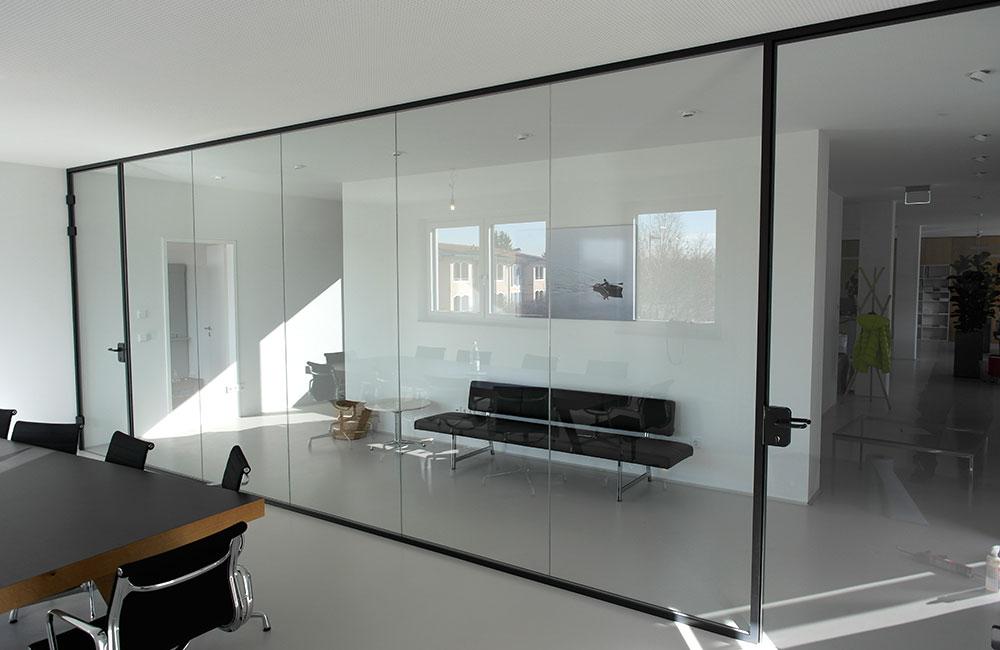 Glastrennwand in einem Büro. Ganzglasanlagen von Glas Büchler Feldkirchen bei München
